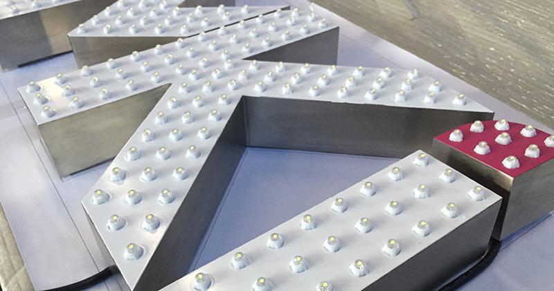 发光型楼顶大字一定要选择LED光源吗?
